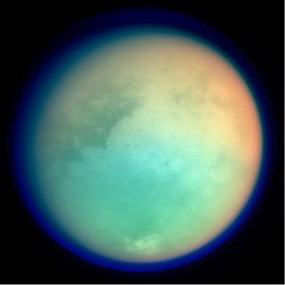 Titan vue en fausse couleur lors d'un survol de la sonde Cassini. Crédits : NASA/JPL/Space Science Institute